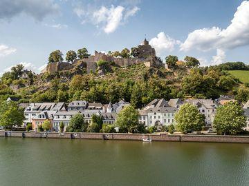 Ansicht vom Saarufer auf die Burganlage in Saarburg.