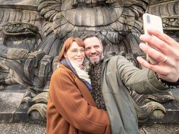Ansicht auf ein Paar bei einem Selfie vor dem Kaiserdenkmal am Deutschen Eck in Koblenz