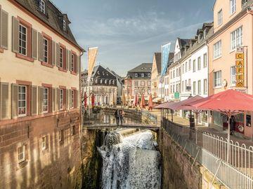 Ansicht auf den Wasserfall in Saarburg bei herbstlicher Atmosphäre.