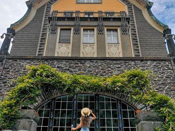 Ansicht auf eine Frau mit Hut vor der Villa Huesgen in Traben-Trarbach