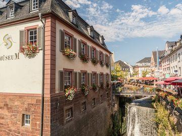 Ansicht auf die Altstadt Saarburgs mit dem Wasserfall.