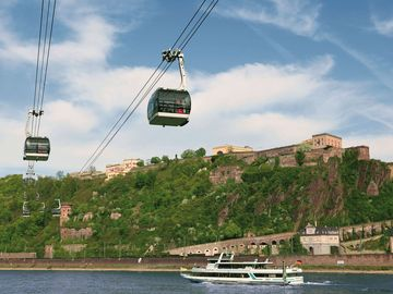 Ansicht auf die Festung Ehrenbreitstein mit der Seilbahn über den Rhein in Koblenz.